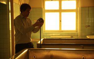 Martin Heller von IntoVR bei den Dreharbeiten in der Gedenkstätte Berlin Hohenschönhausen (Fpto: Michael Ginsburg)