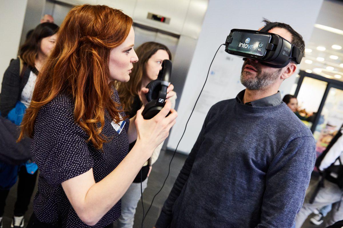 Wie kommt eine VR-Idee bei Nutzern an? Christiane Wittenbecher bei einer Präsentation von IntoVR