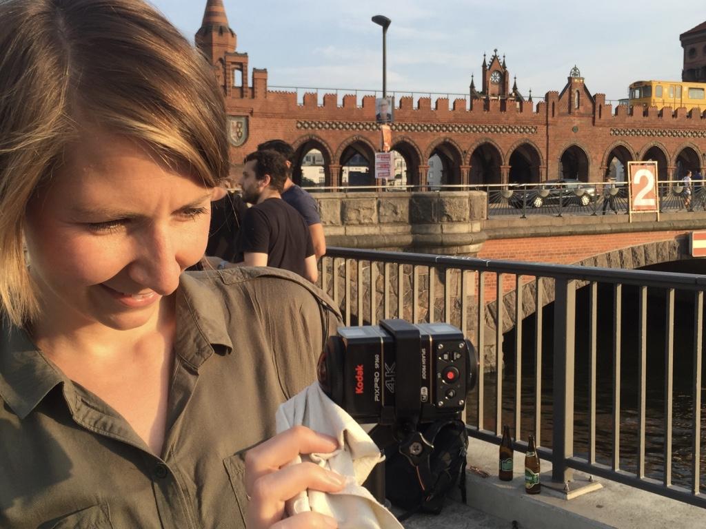 (IntoVR-Journalistin Angela Kea an der Oberbaumbrücke in Berlin)