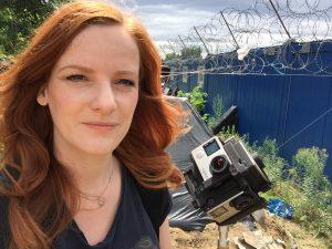 IntoVR-Journalistin Christiane Wittenbecher in einem Flüchtlingscamp an der serbisch-ungarischen Grenze.