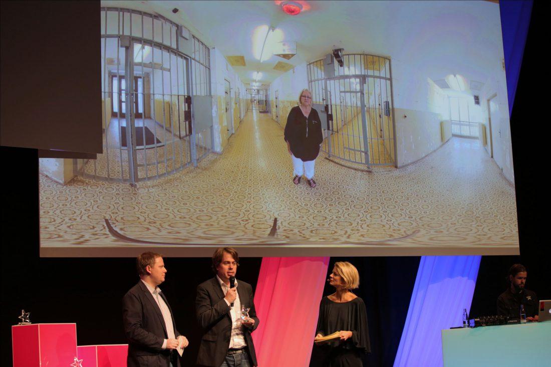 Martin Heller nimmt den Photokina Motion Picture Award für IntoVR und die Gedenkstätte Hohenschönhausen entgegen