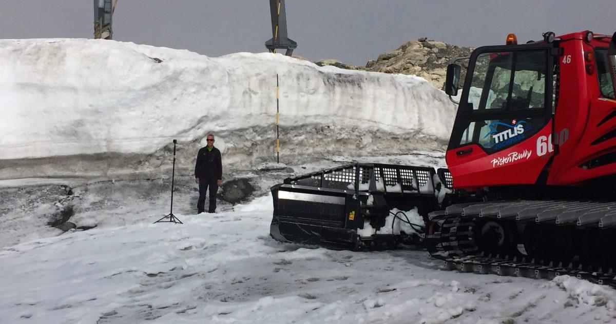 Im 360°-Videointerview. Martin Hepting von den Bergbahnen Engelberg-Titlis vor einer Gletscher-Messstange.