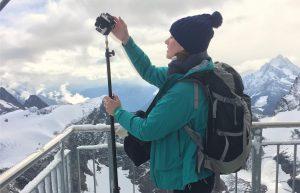 Maria Menzel von IntoVR beim Filmen für ein 360°-Video für BlickVR in der Schweiz.