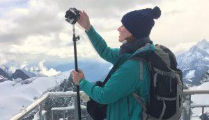 Maria Menzel bei Dreharbeiten mit Freedom360-Kameramount für IntoVR in der Schweiz.