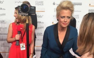 Preisträgerin Barbara Schöneberger mit Reporterin Caroline Danz und 360°-Kamera.