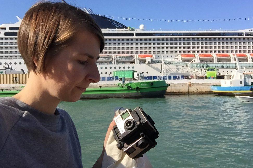 IntoVR-Journalistin Angela Kea mit 360°-Kamera in Venedig.