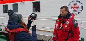 Vor dem Ablegen und während das Schiff aus dem Hafen Warnemünde fährt, ist noch Zeit für ein paar ruhige Aufnahmen vom Stativ. (Foto: Christian Stipeldey DGzRS – Die Seenotretter)
