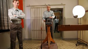 (First-Person-View. Hier wird der Häftling, somit der Zuschauer fotografiert. Foto: Christiane Wittenbecher)