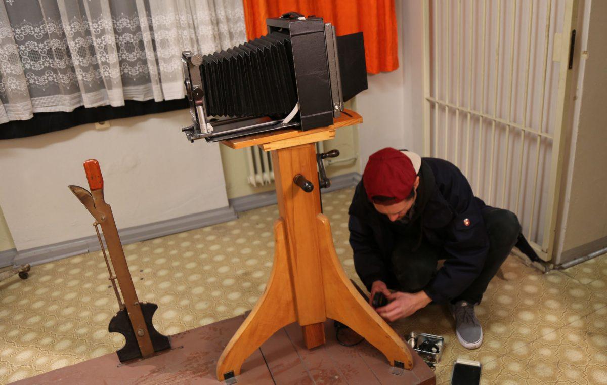 (Tonmeister Konrad Kassing versteckt vor dem Aufnehmen jeder Szene mehrere Mikrofone. Foto: Christiane Wittenbecher)