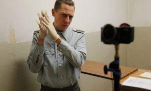 (Alle Schauspieler, hier Milton Welsch, agieren direkt zur 360°-Kamera, sprechen somit den Zuschauer direkt an. Foto: Martin Heller)