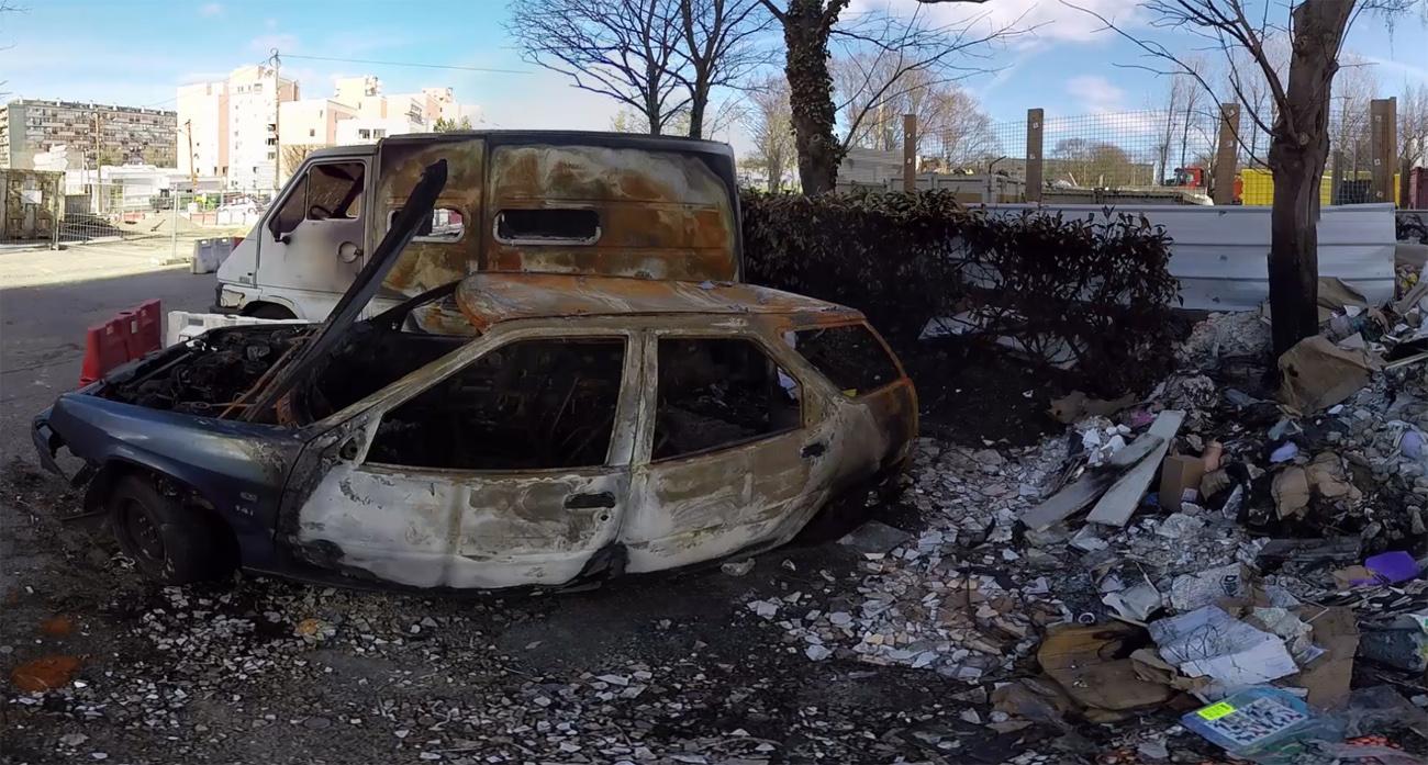 Frust und Gewalt: ausgebranntes Auto in Paris.