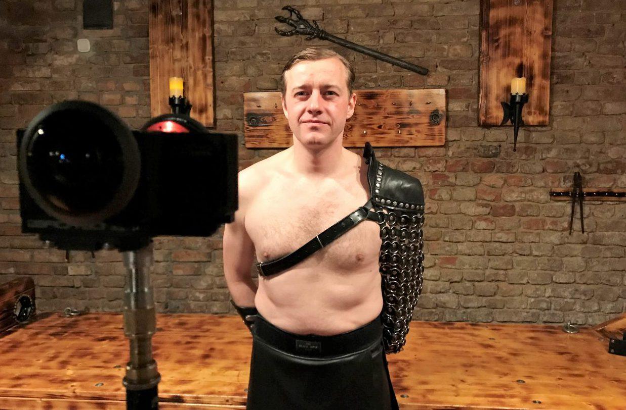 Fetisch-VR. Gast Andreas vor der 360°-Kamera von IntoVR.