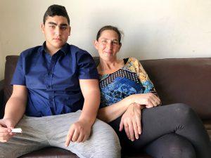 Noar (15) und Mutter Ruthi Barzilai in ihrer Wohnung in der Ostjerusalemer Siedlung Ma´ale Adumim.