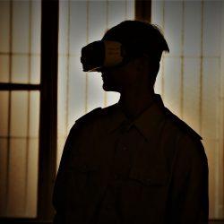 Das Stasi-Gefängnis Berlin Hohenschönhausen im 360°-Film von IntoVR. Zuschauer mit VR-Brille sind selbst im Mittelpunkt des Geschehens und werden von Schauspielern in Stasi-Uniformen und mit original Requisiten wie politisch Gefangene der DDR-Diktatur behandelt.