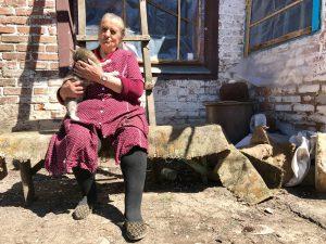 Die 70-Jährige - hier kit Katze Muschka - lebt wie eine Obdachlose, kocht vor ihrem Haus.