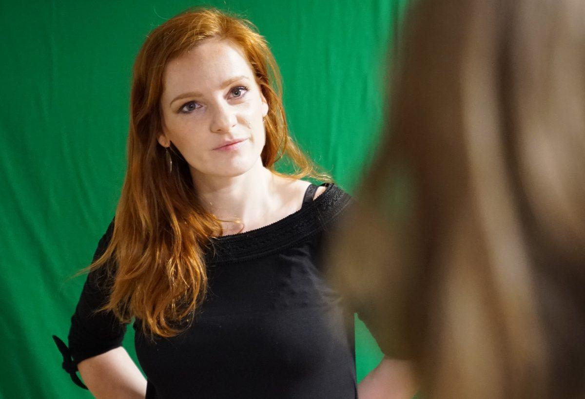 (Was ist die Story, wo steht der Zuschauer? Trainerin Christiane Wittenbecher beim 360°-Videoworkshop im IntoVR-Studio)
