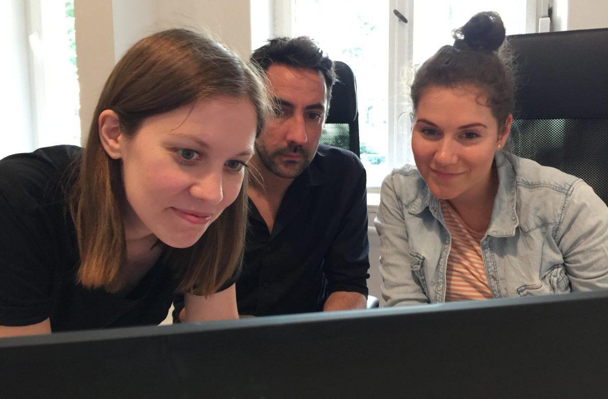 Susanne Dickel mit Martin Jabs und Ariane Böhm beim Stitching des Filmmaterials)
