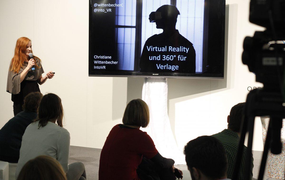 Christiane Wittenbecher ist neben ihrer Arbeit als 360°-Filmemacherin regelmäßig als Speakerin und Trainerin unterwegs. Bei der VRNowCon im November in Potsdam gibt sie gemeinsam mit Teamkollegin Susanne Dickel einen Workshop in VR Storytelling.