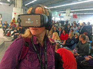 """Eine Besucherin des """"Orbanism Space"""" auf der Frankfurter Buchmesse bei der Präsentation mit VR-Brille"""