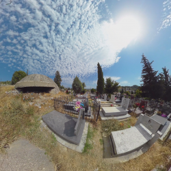 Bunker auf einem Friedhof in Albanien
