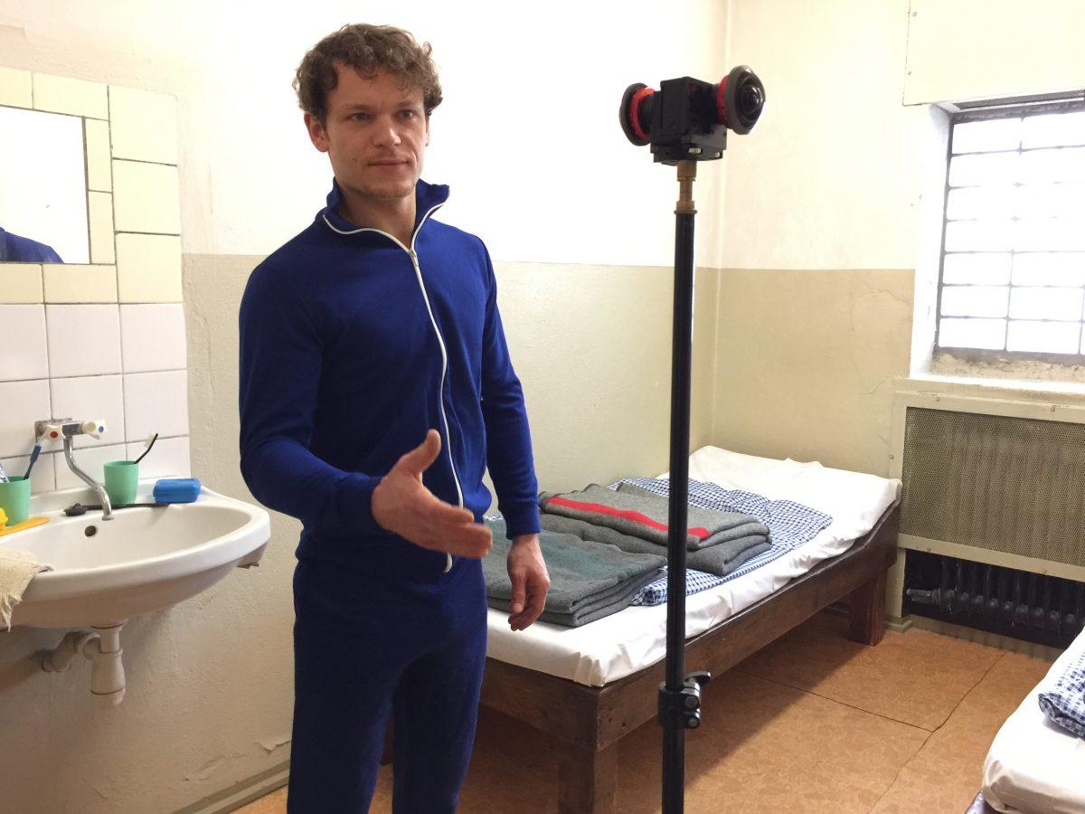 Schauspieler Marlon Kittel spielt einen Zellennachbarn, der den Nutzer der VR-Experience ausspionieren möchte.