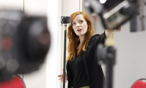 Trainerin Christiane Wittenbecher im 360°-Video-Workshop mit Kameras