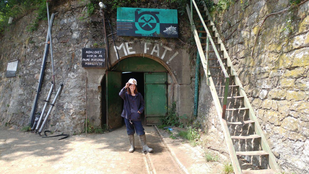 IntoVR-Cofounderin Susanne Dickel vor dem Eingang in die Mine