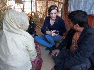 Interview mit einer Rohingya-Frau die ihren Ehemann auf brutale Weise verloren hat - rechts Mohammad Rafique - Übersetzer