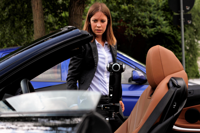 Susanne bewahrt selbst bei schwierigen Drehs wie hier mit der neuen Z Cam S1 Pro in einem Auto die Ruhe.