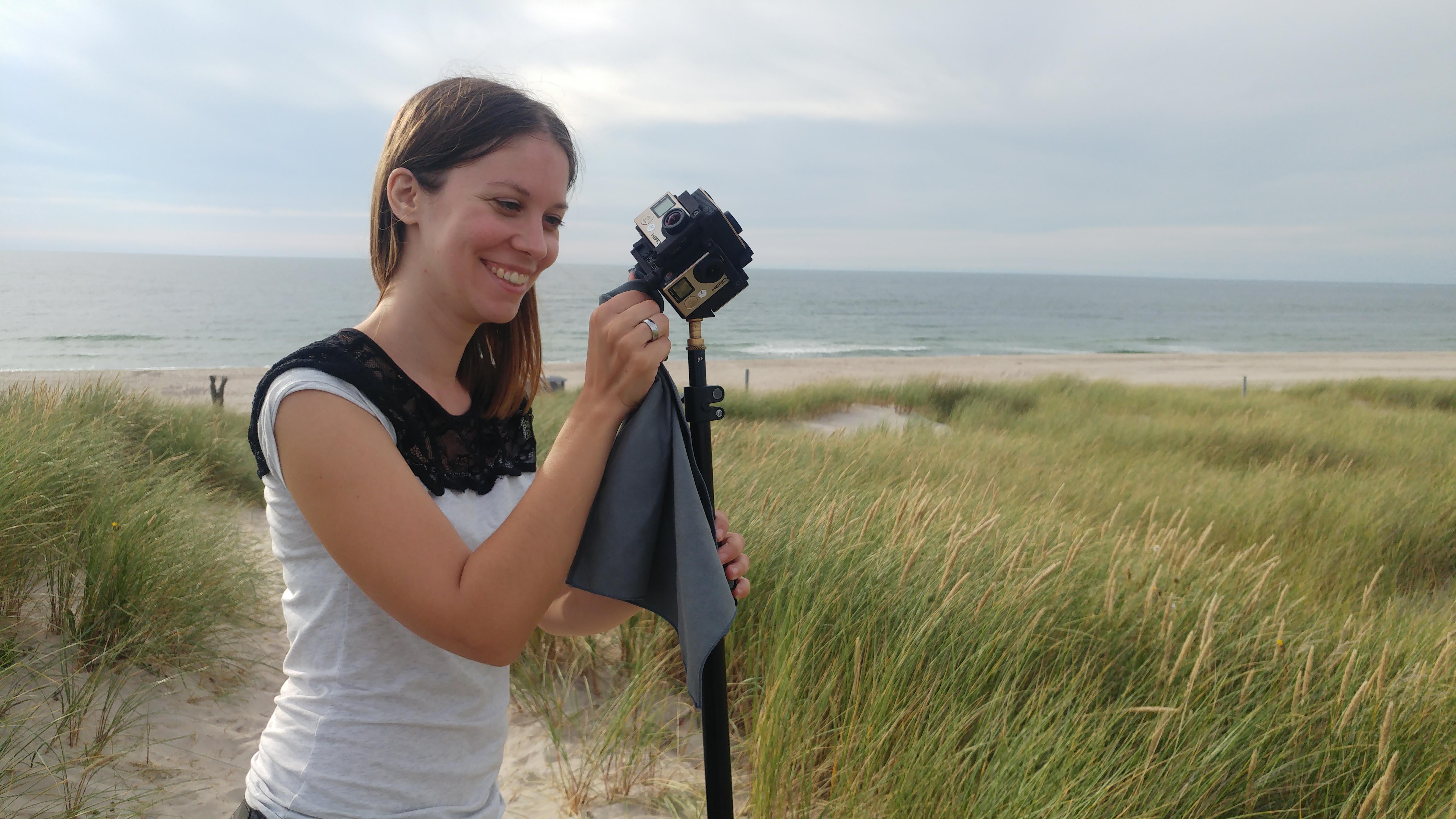 Susanne beim Dreh mit dem GoPro-Mount Freedom360 am Meer.