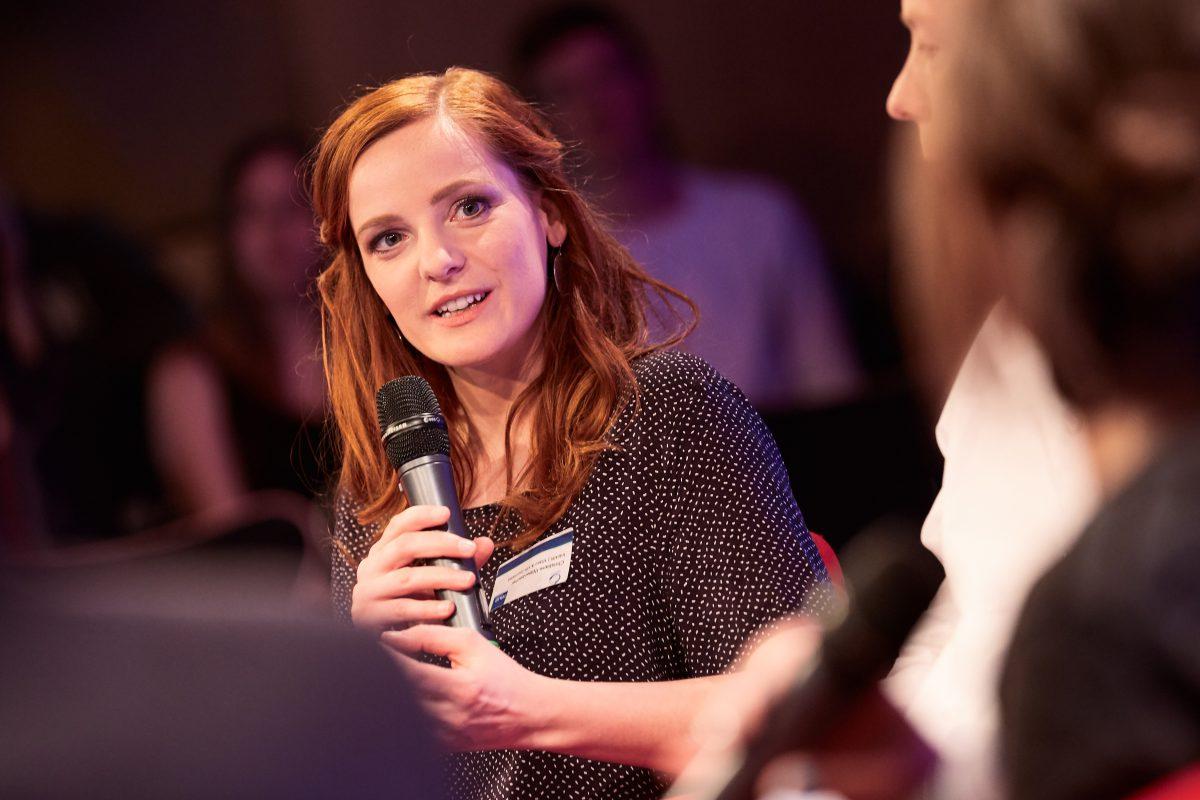 Diskussion über VR-Inhalte. IntoVR-Journalistin Christiane Wittenbecher