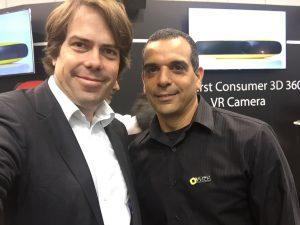 Shahar Bin-Nur, CEO von HumanEyes, bei der Präsentation der VUZE Kamera (r.) mit Martin Heller von IntoVR.