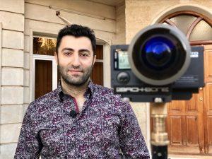 Ein kurdischer Soldat vor seinem Haus. Der 360°-Dreh im privaten Umfeld verschafft Nähe