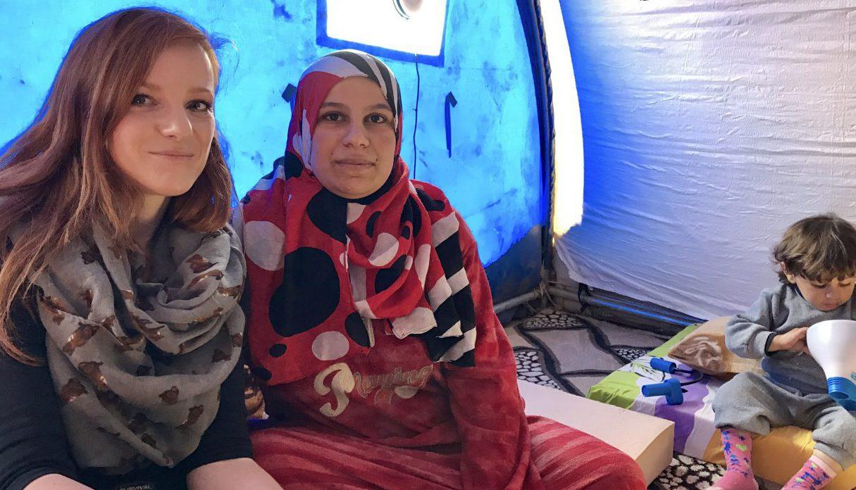 360°-Journalistin Christiane Wittenbecher mit Liqaa in einem Zelt in Irak.