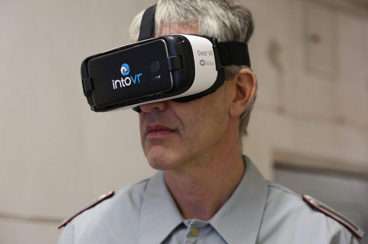 (Schauspieler Henning Kober mit VR-Brille. Foto: Christiane Wittenbecher)