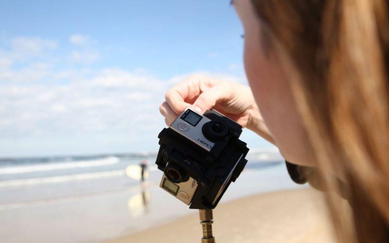 IntoVR-Journalistin Maria Menzel bei 360°-Videoaufnahmen am Strand von Tel Aviv.