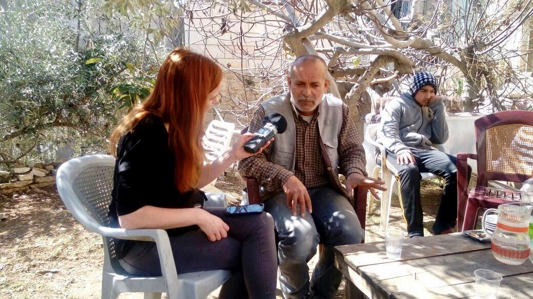 Naser Ghulmeh, Palästinenser in Hebron, berichtet VR-Journalistin Christiane Wittenbecher von seinem Alltag in Hebron.