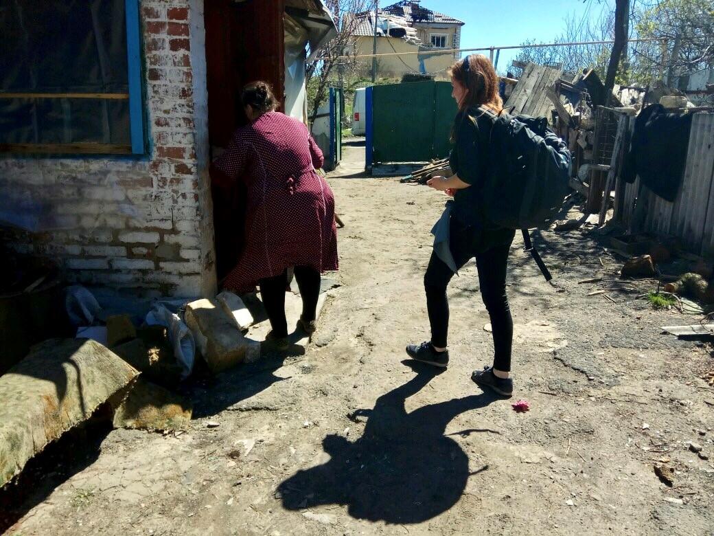 Dreharbeiten im zerstörten Bauernhaus unweit der Front.