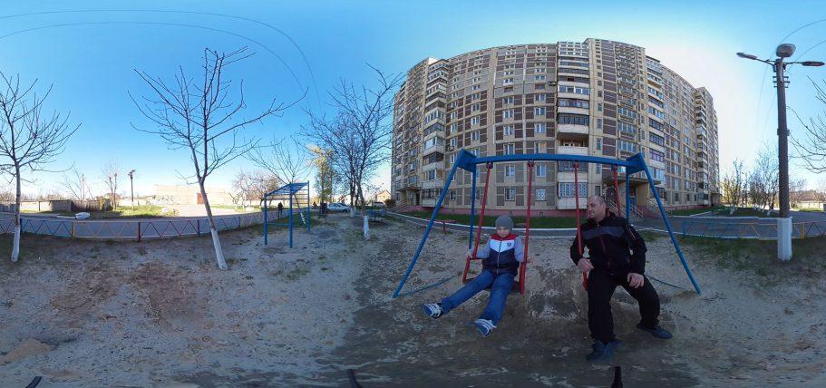 Arbeiter Maksim mit seinem Sohn Nikita - auch sein Wohnhaus wurde schon oft von Granaten getroffen.Arbeiter Maksim mit seinem Sohn Nikita - auch sein Wohnhaus wurde schon oft von Granaten getroffen.