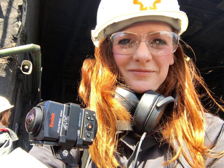 VR-Reporterin Christiane Wittenbecher mit Schutzkleidung im Koks-Werk Adviivka.
