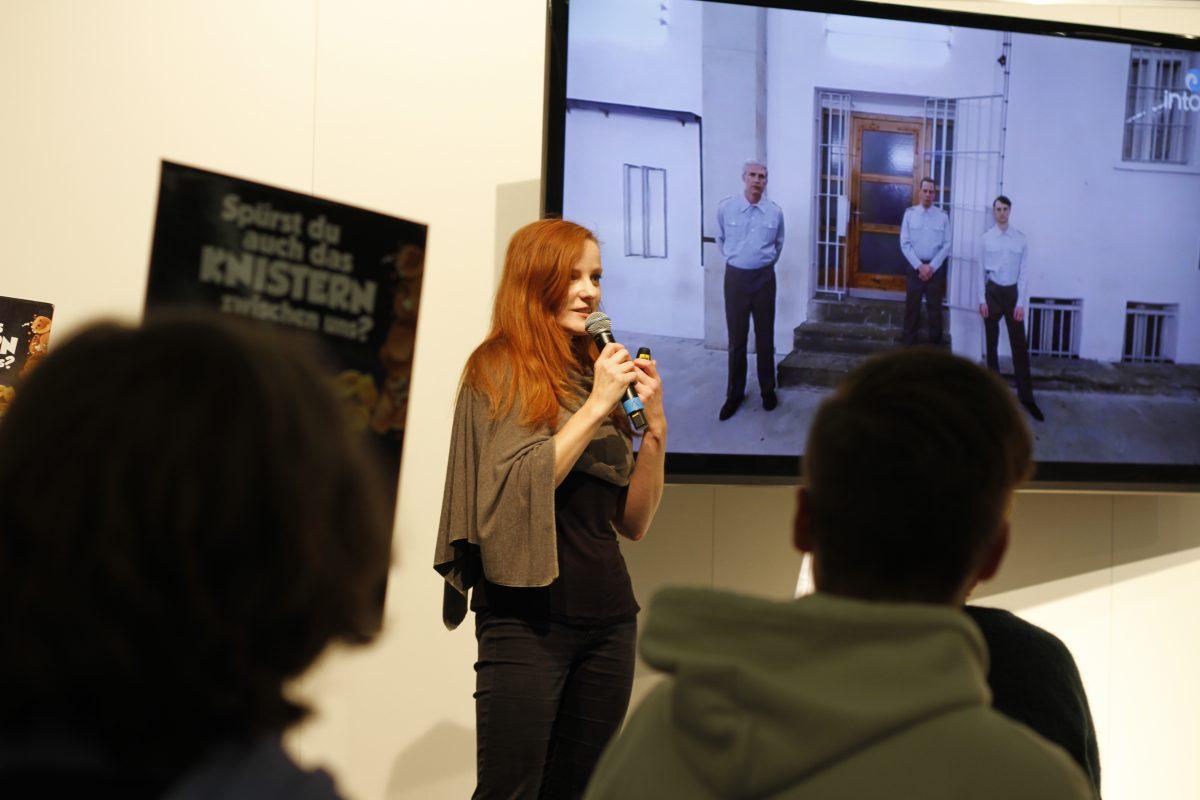 """Zwischen Werbe-Aufstellern bei Orbanism Space. Christiane Wittenbecher spricht über """"Was wollten Sie in Berlin?!"""""""