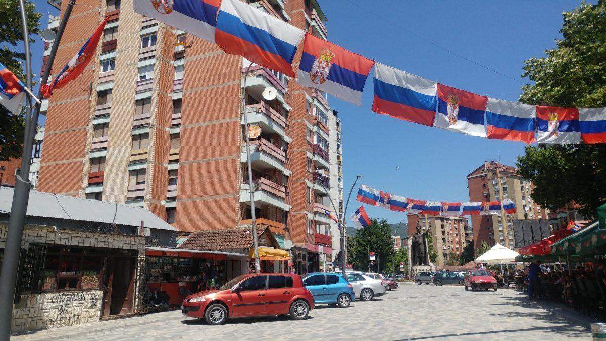Eine Straße voller serbischer Fahnen im Norden Mitrovicas