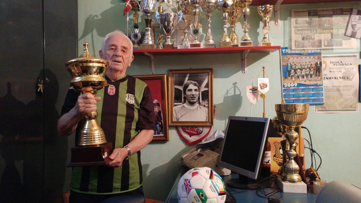 Petar Milosavljević in seinem Büro voller Pokale.