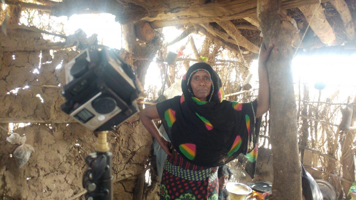Protagonistin Momina bei einem ersten Test vor der 360°-Kamera (für alle Experten: nein, wir haben nicht mit dieser Kamera in der Hütte gedreht).