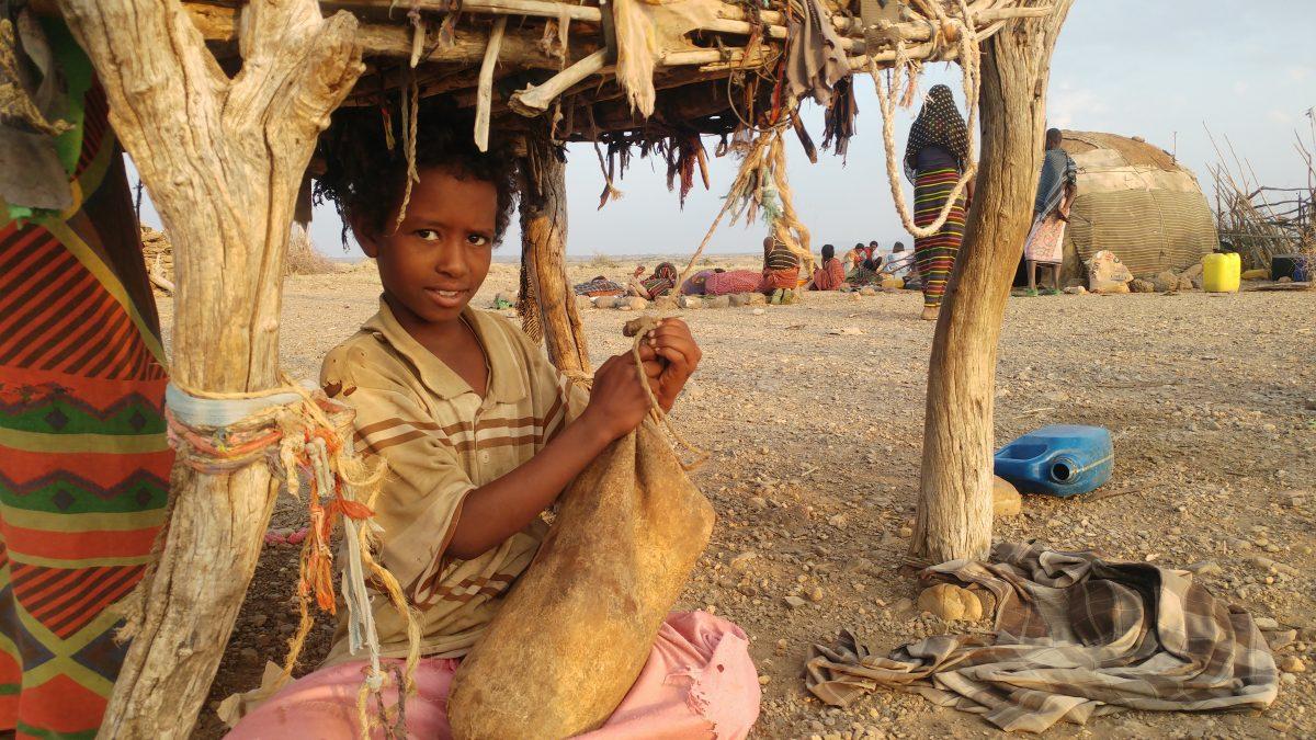 Die Afar leben vom Fleisch und der Milch ihrer Ziegen. Aus der Milch machen sie Butter, in dem sie sie in Lederbeutel füllen und schütteln, wie dieser Junge.