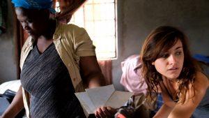Das Virus hat eine gesamte Familie zerstört. Tuduetso Gakelona zeigt Autorin Sarah Lehnert Bilder der toten Schwester.