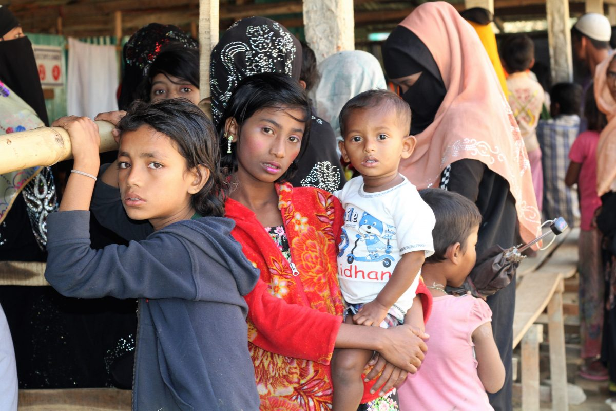 Kinder warten vor der Hope-Klinik im Flüchtlingscamp in Bangladesh.