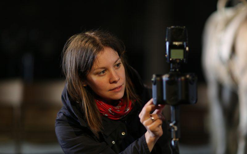 VR Creator Susanne Dickel mit Kamera und Pferd bei den Dreharbeiten für Sequence of a Horse in Motion.