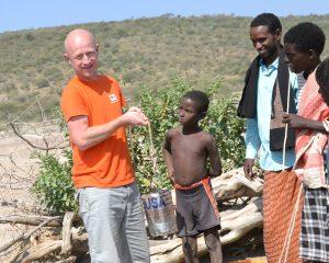 Michael Türk (Brot für die Welt) schöpft Wasser. Foto: Brot für die Welt