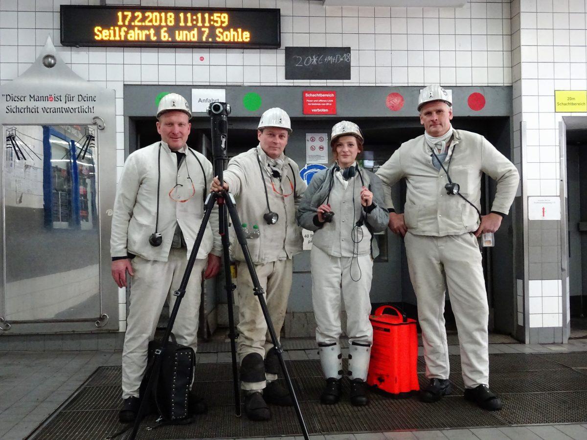 Christiane Wittenbecher, zweite von rechts, mit Bergleuten bei den Dreharbeiten